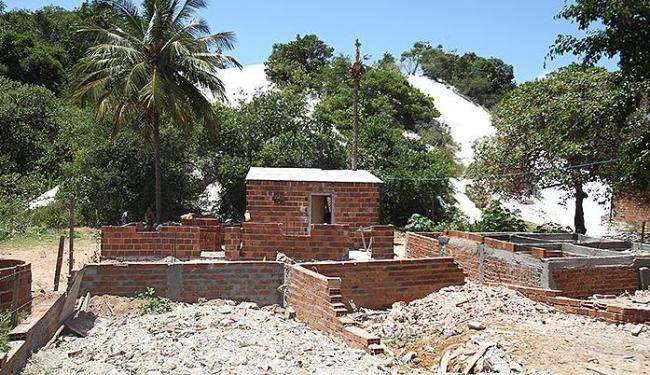 Construções de alvenaria pouco a pouco são erguidas em volta da lagoa - Foto: Lúcio Távora | Ag. A TARDE