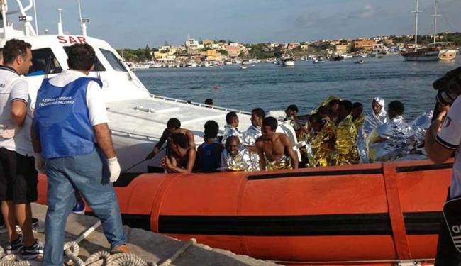 Barcos resgatam imigrantes africanos - Foto: Agência Reuters