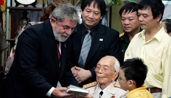 Ex-presidente Lula ao lado do general Giap - Foto: Agência Reuters