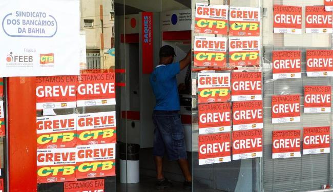Bancários estão em greve desde o dia 19 de setembro - Foto: Eduardo Martins | Ag. A TARDE