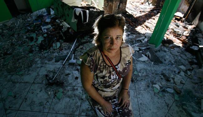 A jornalista Angélica Parras, desolada, no interior da casa destruída pelo fogo - Foto: Raul Spinassé   Ag. A TARDE
