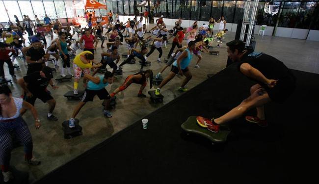 Visitantes e profissionais participam de aula de ginástica durante a feira - Foto: Raul Spinassé | Ag. A TARDE