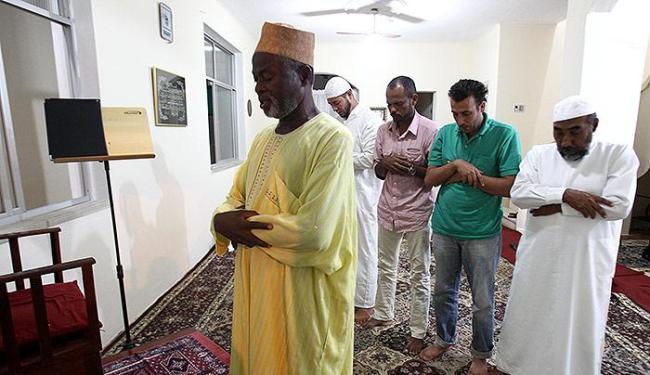 O sheikh Ahmad Abdul lidera a oração na mesquita integrada ao Centro Islâmico - Foto: Lúcio Távora | Ag. A TARDE