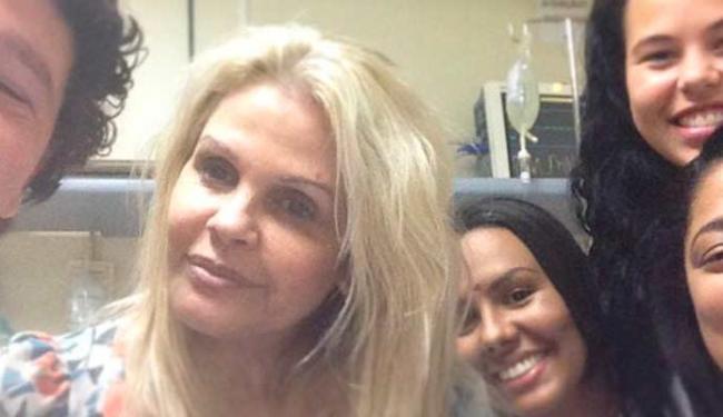Ex-modelo tirou foto rodeada de enfermeiros e postou no Instagram - Foto: Monique Evans