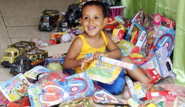 Menino Enzo se diverte entre os brinquedos que serão doados - Foto: Lúcio Távora | Ag. A TARDE