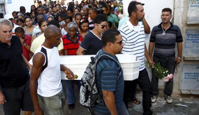 Enterro de Franciele de Souza dos Santos ocorreu no no cemitério Quinta dos Lázaros - Foto: Fernando Vivas / Ag. A Tarde