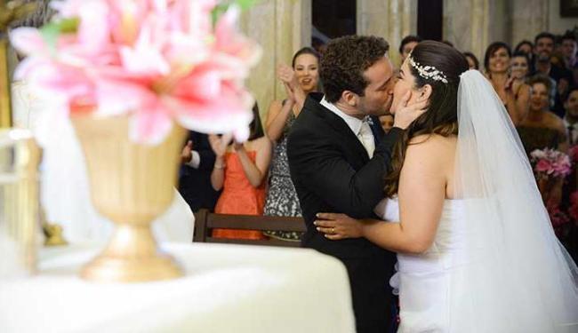 Casal sobe ao altar, mesmo com piadas dos amigos - Foto: Divulgação | TV Globo
