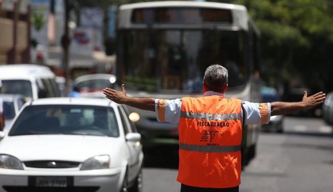 Agente atua em rua da capital. Ideia de associação é que trabalho passe a ser feito em duplas - Foto: Raul Spinassé   Ag. A TARDE   19.2.2013