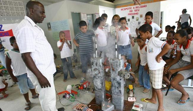 Crianças observam um protótipo das Torres Gêmeas - Foto: Margarida Neide | Ag. A TARDE