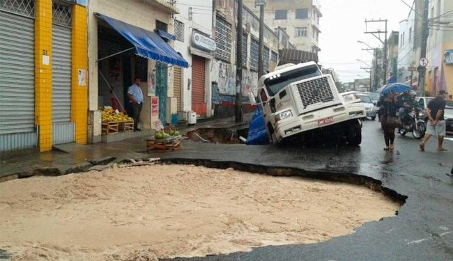 Carreta carregada de ferro ficou presa em buraco no Uruguai - Foto: Driele Veiga | Reprodução | Facebook