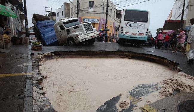 Crateras aumentaram e se uniram no Uruguai no final desta manhã - Foto: Edilson Lima | Ag. A TARDE