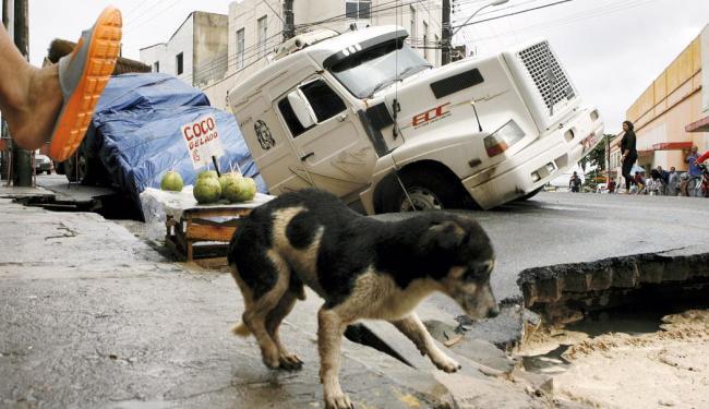 Pedestre chuta cachorrinho pra o buraco - Foto: Marco Aurélio Martins | Ag. A TARDE