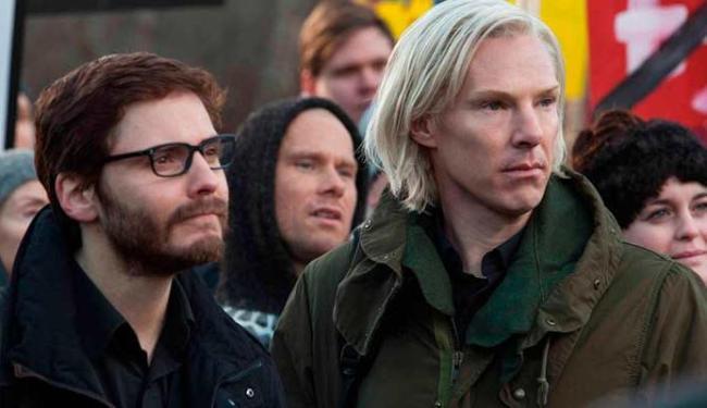 Benedict Cumberbatch (D) interpreta Julian Assange - Foto: Divulgação
