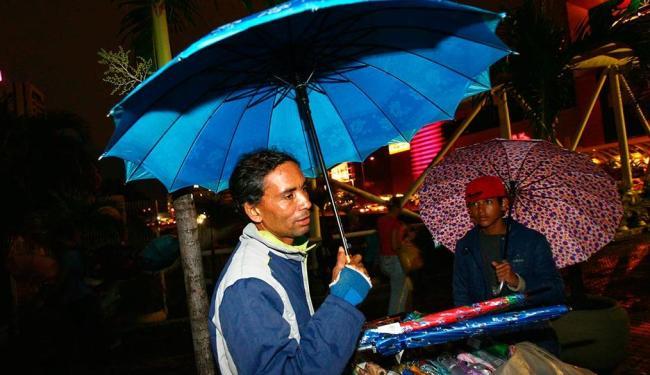 Carlos vende sombrinhas de R$ 7 a R$ 10 nas proximidades do Salvador Shopping - Foto: Fernando Amorim   Ag. A TARDE