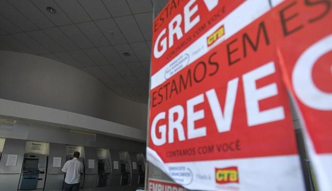 Paralisação dos bancários já dura 22 dias e afeta a vida de quem precisa pagar suas contas - Foto: Raul Spinassé   Ag. A TARDE