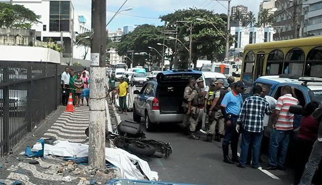 O choque fez com que a moto batesse em um poste em Ondina - Foto: Edilson Lima | Ag. A TARDE