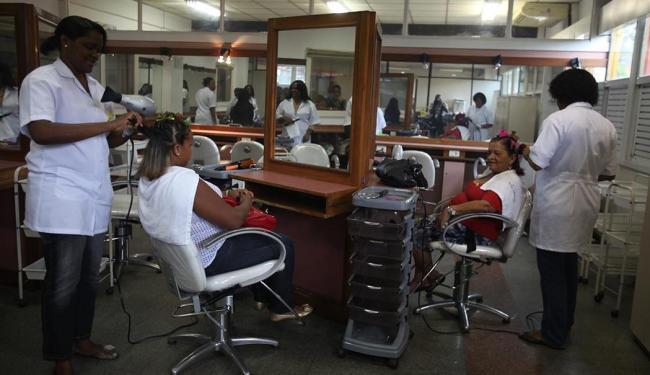 O curso profissionalizante de cabeleireiro é um dos oferecidos na unidade do Senac do Aquidabã - Foto: Edilson Lima   Ag. A TARDE