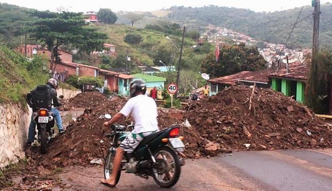 Barranco cedeu em dois pontos deixando uma grande quantidade de lixo e terra na pista - Foto: A Cachoeira   Reprodução