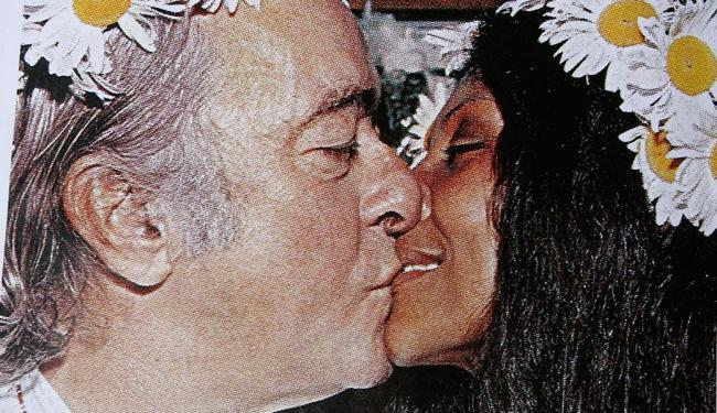 Gesse e Vinicius se beijam diante de seus amigos para celebrar o casamento cigano - Foto: Reprodução   Margarida Neide   Ag. A TARDE