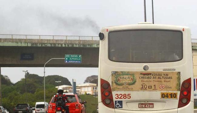 Ônibus da frota da capital emite fumaça de óleo diesel - Foto: Eduardo Martins | Ag. A TARDE