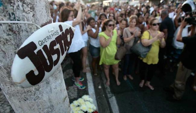 Amigos e familiares pediram justiça e paz; eles também querem a prisão da médica - Foto: Raul Spinassé | Ag. A TARDE