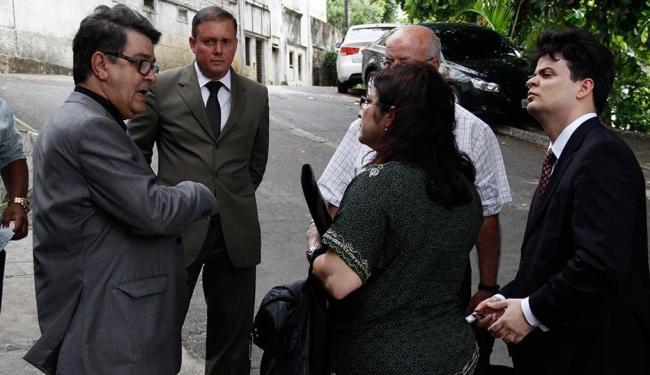 Promotores David Gallo e Raimundo Moinhos falam com a mãe e o padrasto das vítimas - Foto: Joá Souza | Ag. A TARDE