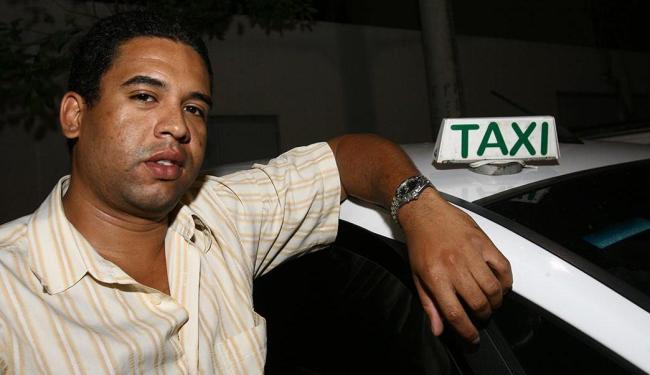 Ricardo de Jesus divide o táxi com o pai, Raimundo, há cerca de dez anos - Foto: Margarida Neide | Ag. A TARDE