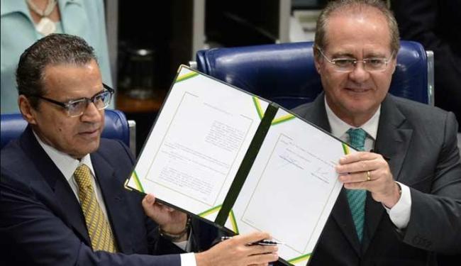 Presidente da Câmara, Henrique Eduardo Alves, e o presidente do Senado, Renan Calheiros com a PEC - Foto: Agência Brasil