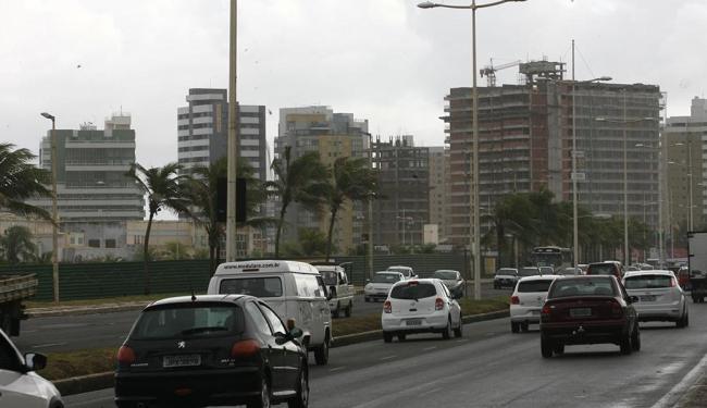 A ampliação de gabarito para construção de hotéis na orla permanece sem definição - Foto: Margarida Neide   Ag. A TARDE   10.10.2013