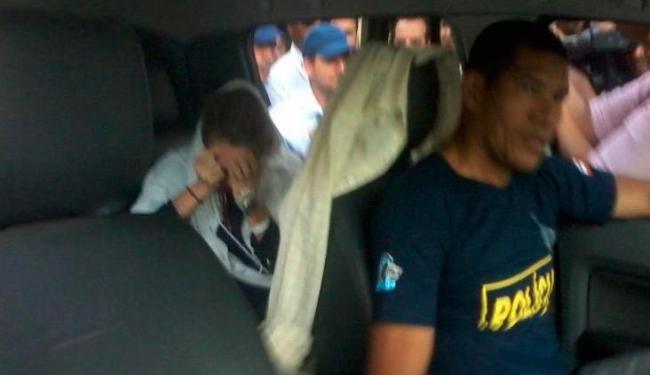 Médica deixa hospital e é conduzida para o Penitenciária Feminina, em Mata Escura - Foto: Paula Pitta | Ag. A TARDE