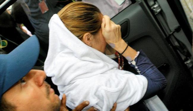 Médica deixa hospital e é conduzida para penitenciária - Foto: Marco Aurélio Martins | Ag. A TARDE