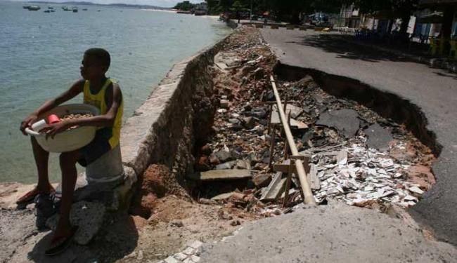 Orla da Cidade Baixa não recebia manutenção - Foto: Rejane Carneiro | Ag. A TARDE 14.05.2011