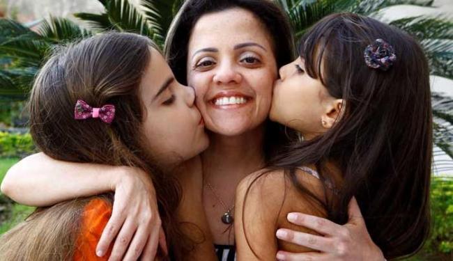 Adriana Tourinho recebe o carinho das sobrinhas Júlia e Fernanda - Foto: Eduardo Martins | Ag. A TARDE