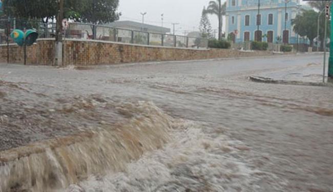 Chuva provocou diversos pontos de alagamento na cidade, neste domingo, 20. - Foto: Lay Amorim/Brumado Notícias