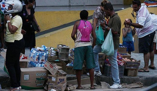 Na avenida Joana Angélica, ambulantes amontoam suas mercadorias nas calçadas - Foto: Lúcio Távora   Ag. A TARDE