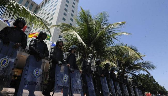 As tropas do Exército já estão posicionadas em frente ao Hotel Windsor Barra, no Rio - Foto: Agência Brasil
