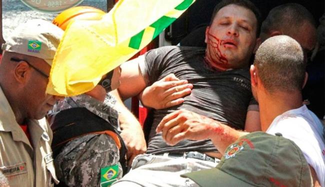 Manifestante fica ferido em protesto contra o leilão do pré-sal no Rio de Janeiro - Foto: Agência Reuters