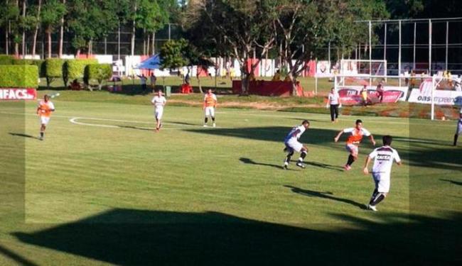 Ney Franco observou coletivo disputado entre reservas e atletas da base rubro-negra - Foto: Esporte Clube Vitória | Divulgação
