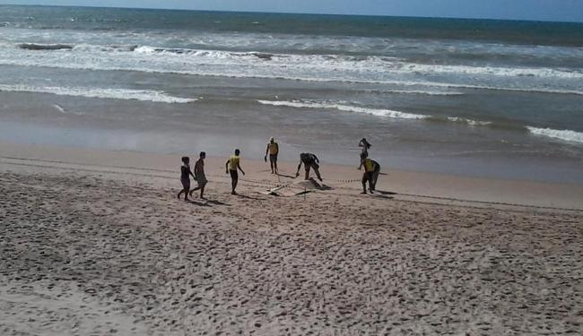 Corpo foi achado por banhistas que passam pelo local nesta manhã - Foto: Edilson Lima | Ag. A TARDE