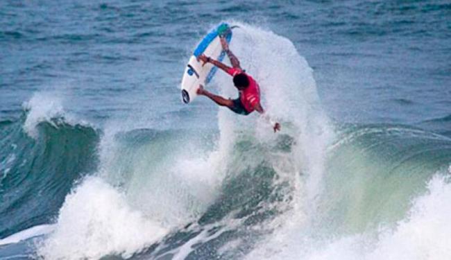 Marco Fernandez mostra sua habilidade nas manobras de surfe - Foto: Site Oficial EC Vitória | Divulgação