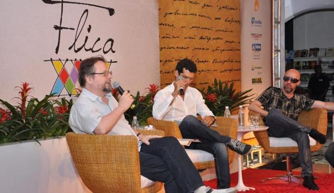 Cristóvão Tezza, Jackson Costa (mediador) e Fabrício Carpinejar, na mesa de abertura - Foto: Gilberto Silva / Divulgação