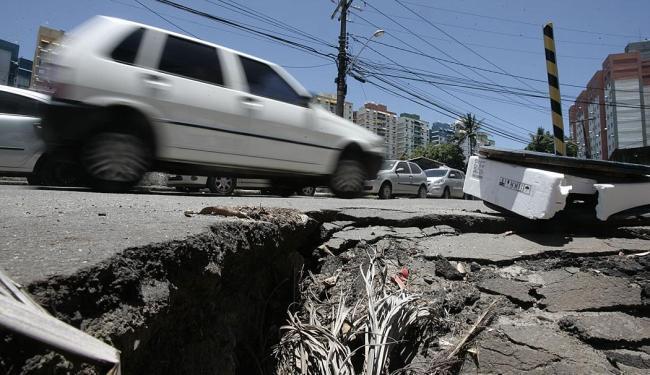 Rua Amado Coutinho, proximidades da Av. Bonocô, é uma das vias em condições ruins na capital baiana - Foto: Raul Spinassé | Ag. A TARDE