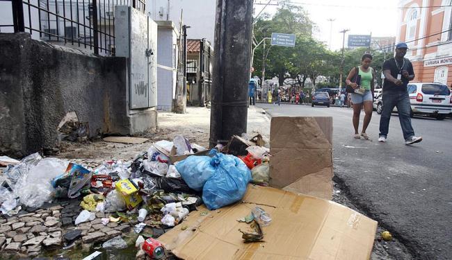 Lixo atirado na rua no Centro da capital, proximidades da praça da Piedade - Foto: Lúcio Távora | Ag. A TARDE
