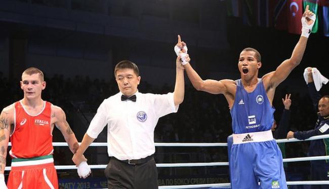 Robson Conceição derrotou o italiano Domenico Valentino e já garantiu pelo menos a prata - Foto: Nikita Bassov / AIBA World Boxing