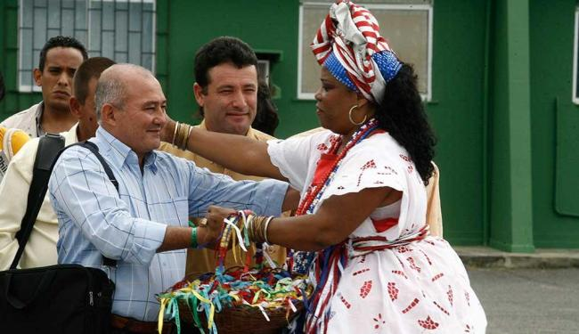 Cubanos desembarcaram em Salvador neste sábado para trabalhar na Bahia - Foto: Luciano da Matta   Ag. A TARDE