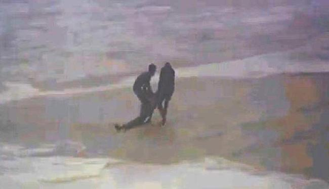 Maya Gabeira foi socorrida rapidamente na praia - Foto: Reprodução   Youtube