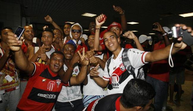Cerca de 100 torcedores recepcionaram os atletas do Leão, que retribuíram o carinho da galera - Foto: LUCIO TAVORA / AG. A TARDE