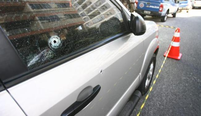 Carro do policial com marcas de bala após tiroteio com assaltante no bairro da Pituba - Foto: Fernando Amorim/ AG. A TARDE