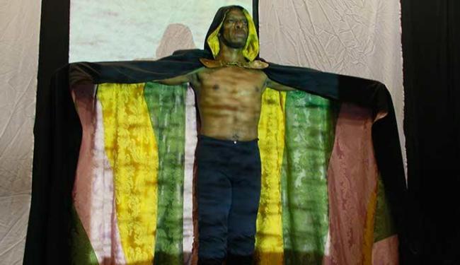 Elísio Pitta no solo que reflete sobre a violência e o racismo - Foto: Joa Souza | Ag. A TARDE