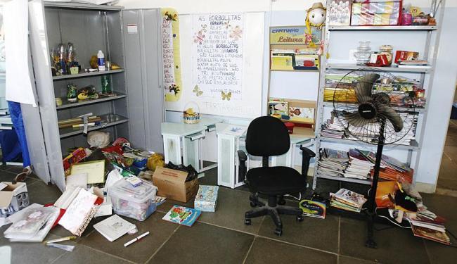 Sala invadida na crede Dr. José Maria de Magalhães Neto, com objetos espalhados pelo chão - Foto: Fernando Amorim | Ag. A TARDE